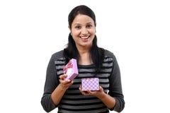 Femme heureuse ouvrant un boîte-cadeau image stock