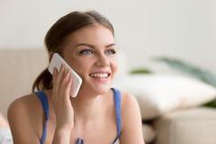 Femme heureuse parlant du téléphone portable à la maison Images libres de droits