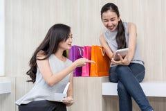 Femme heureuse payant en café par la carte de crédit et le téléphone intelligent La femme a pris un paiement sans contact Les gen image libre de droits