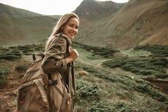 Femme heureuse portant le grand sac à dos et le sourire images libres de droits