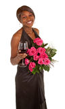 Femme heureuse posant avec des roses et une glace de vin Photo libre de droits