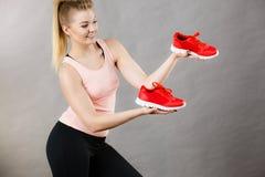 Femme heureuse présent à entraîneurs de vêtements de sport des chaussures Photos stock
