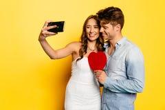 Femme heureuse prenant le selfie avec son ami bel Photo libre de droits