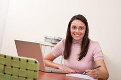 Femme heureuse réussie d'affaires au bureau Image stock