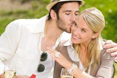 Femme heureuse recevant la terrasse ensoleillée de boucle de mariage Photo stock