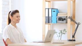 Femme heureuse regardant l'ordinateur portable, célébrant le succès au travail Photo libre de droits