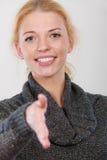Femme heureuse regardant la salutation d'appareil-photo Photos libres de droits