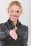 Femme heureuse regardant la salutation d'appareil-photo Images libres de droits