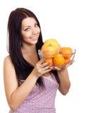 Femme heureuse retenant un paraboloïde avec des fruits photos libres de droits