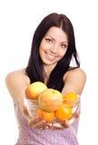 Femme heureuse retenant un paraboloïde avec des fruits image libre de droits