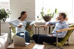 Femme heureuse riant avec le collègue, café potable pendant le brea photo libre de droits