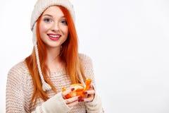 Femme heureuse rousse de Beautyful avec la mandarine de Noël sur le fond blanc avec l'espace de copie Affiche de Noël et de nouve photographie stock libre de droits