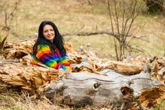 Femme heureuse s'asseyant en nature Images libres de droits