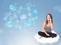 Femme heureuse s'asseyant sur le nuage avec le calcul de nuage Photographie stock libre de droits