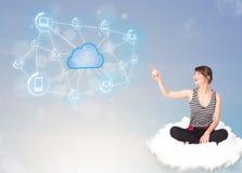 Femme heureuse s'asseyant sur le nuage avec le calcul de nuage Photos stock