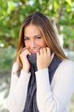 Femme heureuse s'enveloppant avec un froid de chandail en hiver Photos libres de droits