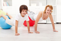 Femme heureuse s'exerçant avec son fils photo stock