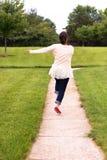 Femme heureuse sautant sur le passage couvert images libres de droits
