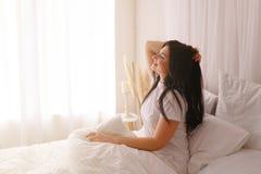 Femme heureuse se réveillant après le bon sommeil photos stock