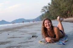 Femme heureuse se trouvant sur la plage Image stock