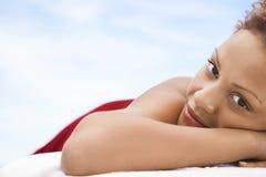 Femme heureuse se trouvant sur le Tableau de massage photos stock