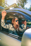 Femme heureuse soulevant des bras et ayant l'amusement à l'intérieur de Photographie stock