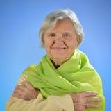 Femme heureuse supérieure avec les poils gris. Photos stock