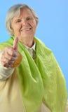 Femme heureuse supérieure avec les poils gris. Photo libre de droits