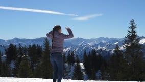Femme heureuse sur le dessus de la montagne banque de vidéos