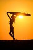 Femme heureuse sur le soleil Photographie stock