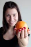 Femme heureuse tenant l'orange Photos libres de droits