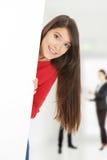Femme heureuse tenant la bannière vide Photographie stock