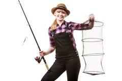 Femme heureuse tenant la canne à pêche et le keepnet Photos stock