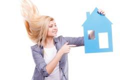 Femme heureuse tenant la maison de papier bleu Photos libres de droits