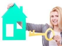 Femme heureuse tenant la maison de papier bleu Photos stock