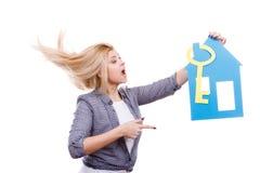 Femme heureuse tenant la maison de papier bleu Image stock