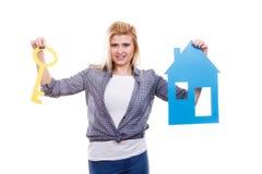 Femme heureuse tenant la maison de papier bleu Images stock