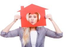 Femme heureuse tenant la maison de papier rouge photos libres de droits