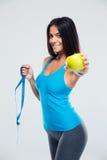Femme heureuse tenant la pomme et mesurant la bande Photos libres de droits