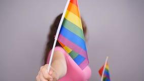 Femme heureuse tenant le drapeau de LGBT banque de vidéos