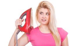 Femme heureuse tenant le fer environ pour faire repasser images stock