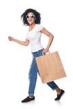 Femme heureuse tenant le panier avec le fonctionnement vide de l'espace de copie Photos libres de droits