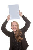 Femme heureuse tenant le papier blanc photographie stock libre de droits