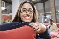Femme heureuse tenant le téléphone portable Photographie stock