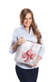 Femme heureuse tenant un cadeau enveloppé Photos stock