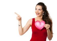 Femme heureuse tenant un coeur d'amour Photographie stock libre de droits