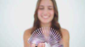 Femme heureuse tenant un ressort de jouet en métal banque de vidéos