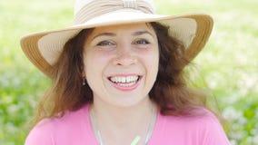 Femme heureuse tenant un smoothie vert banque de vidéos