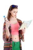Femme heureuse tenant une carte - d'isolement au-dessus d'un fond blanc Photo libre de droits
