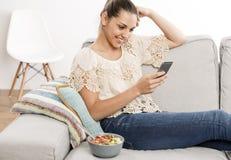 Femme heureuse texting photographie stock libre de droits